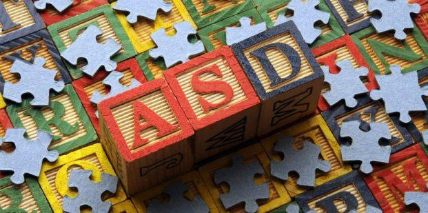 برای بررسی ارتباط بین نقص عملکردی میتوکندری و ASD، دانشمندان به بررسی توالیهای DNA میتوکندری ۹۰۳ کودک مبتلا به ASD و همچنین خواهران و برادران و مادران این کودکان بیمار، پرداخته اند.
